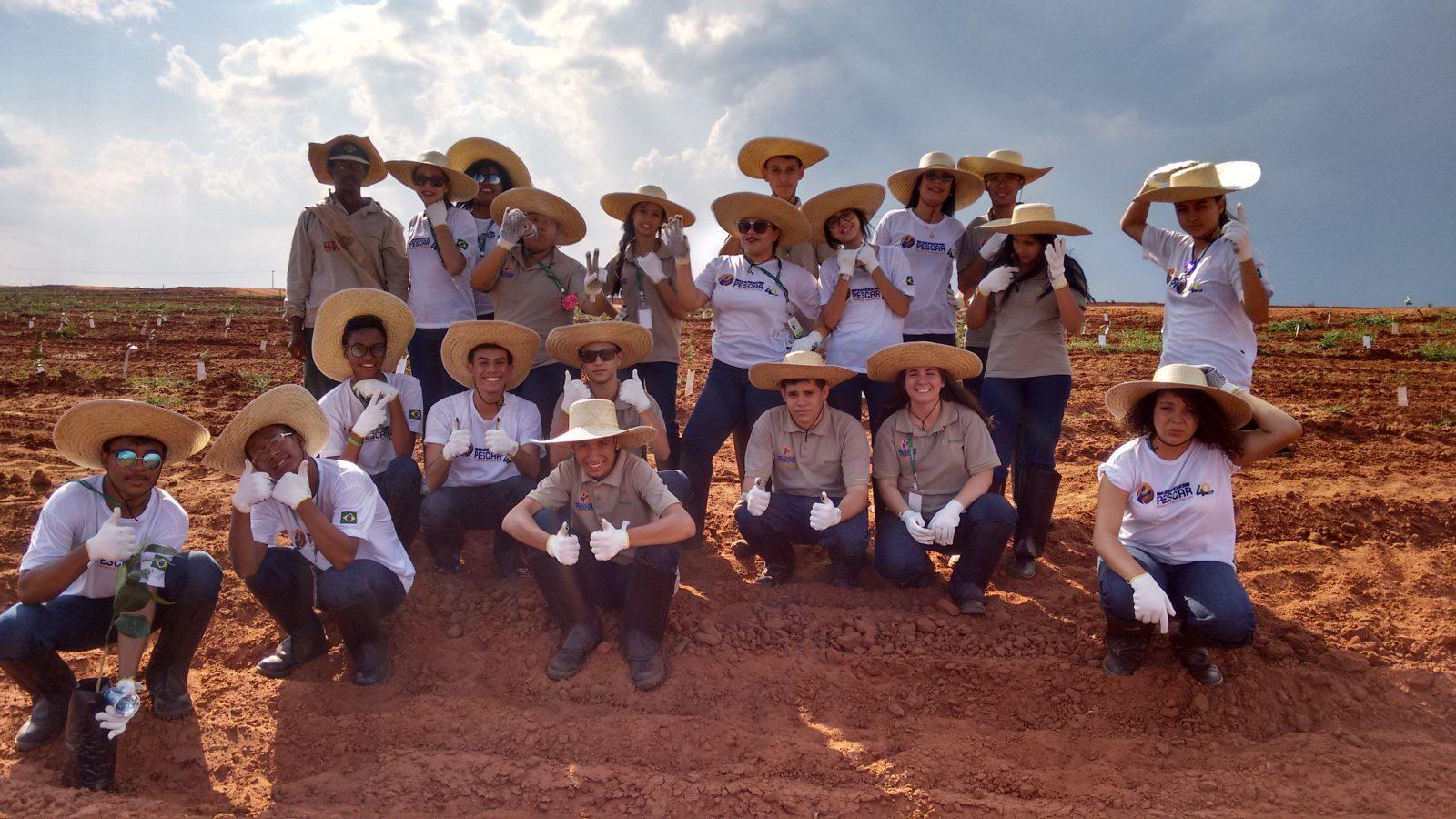 Unidade Projeto Pescar Citrosuco - Jovens em visita técnica em uma fazenda da empresa
