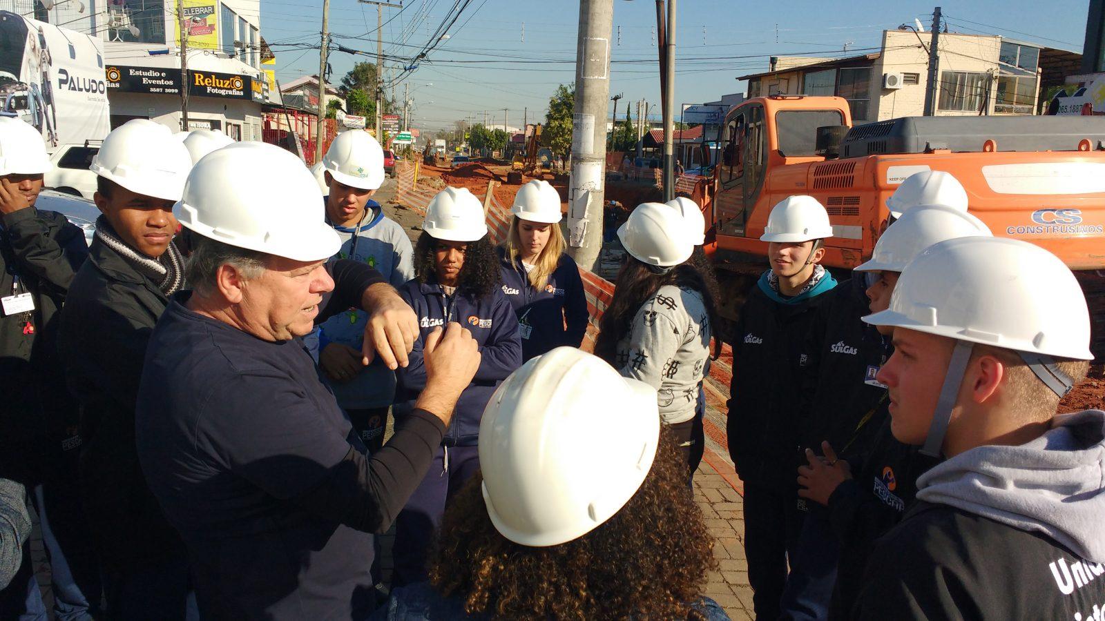 Unidade Projeto Pescar Sulgás - Jovens em visita técnica em uma obra da empresa