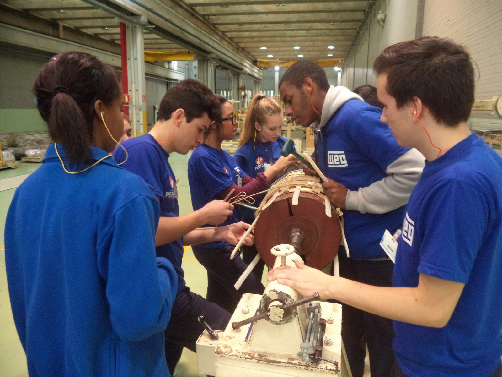Unidade Projeto Pescar WEG - Jovens estão produzindo um protótipo de bobina